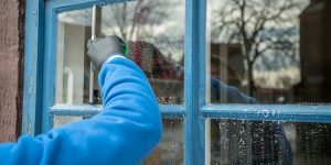 Mand der pudser vinduer