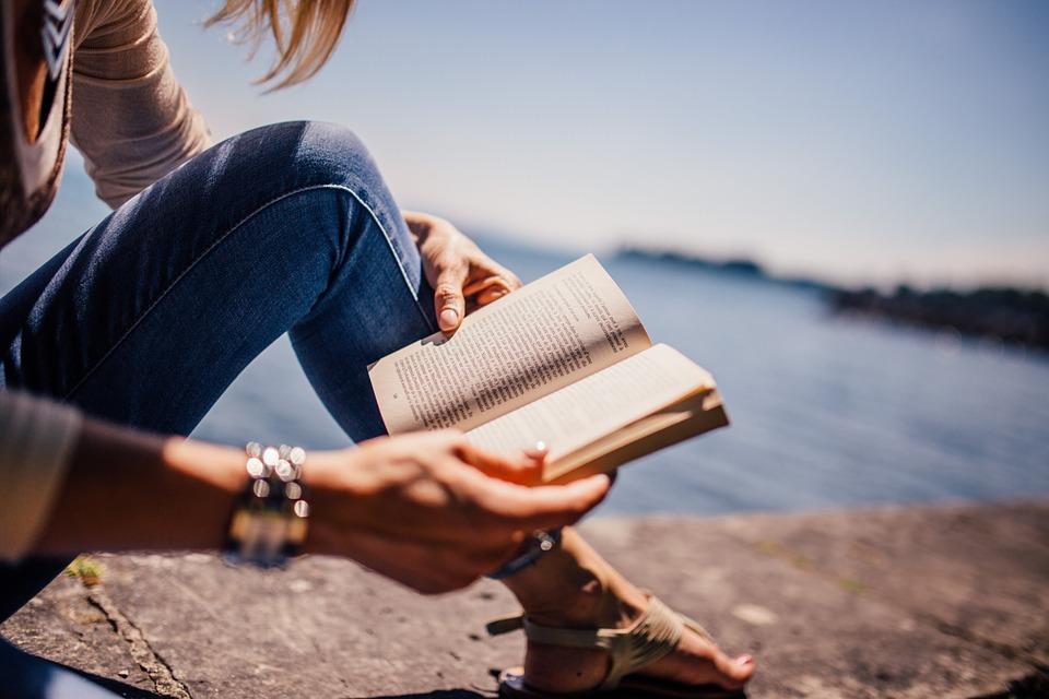 Kvinde læser en bog